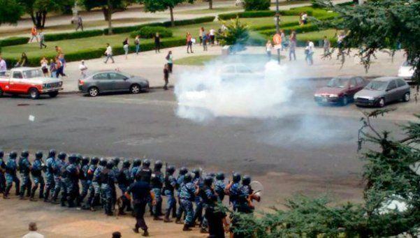 Reprimen a manifestantes frente al municipio de La Plata