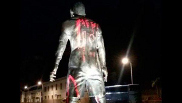 Escracharon la estatua de Ronaldo con el nombre de Messi