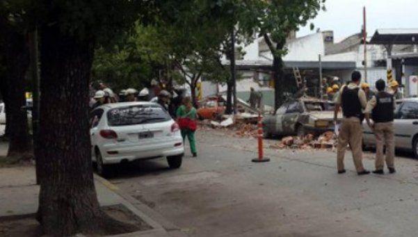 Paredón se derrumbó en Barracas y aplastó a seis autos