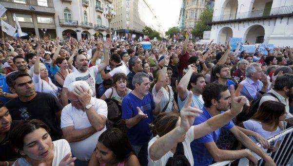 Manifestantes apoyaron a Víctor Hugo en un acto en Plaza de Mayo