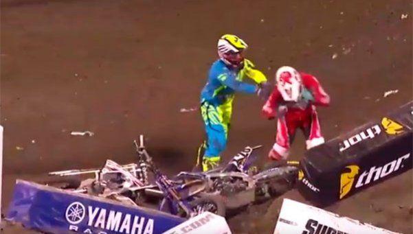 Furia en dos ruedas: se enojó con un rival y le pegó una paliza