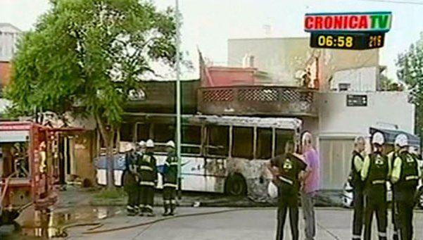 Choque en Pompeya: colectivo se incrustó contra casa y se incendió