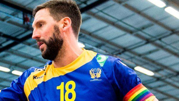 Impiden usar cinta con el arco iris gay a jugador de handball