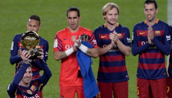 Messi exhibió el Balón de Oro, sintió dolor y salió