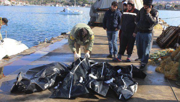 Mueren 17 niños y 28 migrantes adultos en naufragio en Grecia