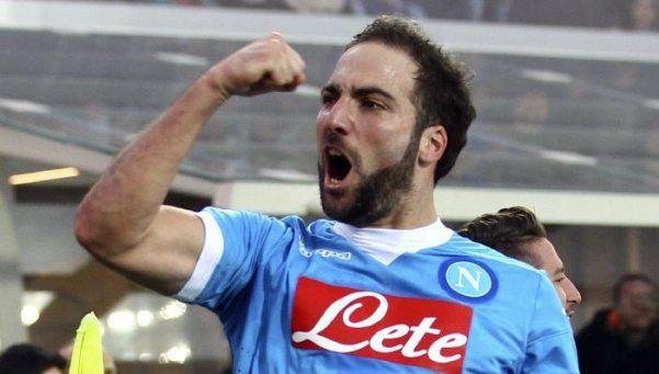 Gracias a un gol de Higuaín, el Napoli no le pierde pisada a Juventus