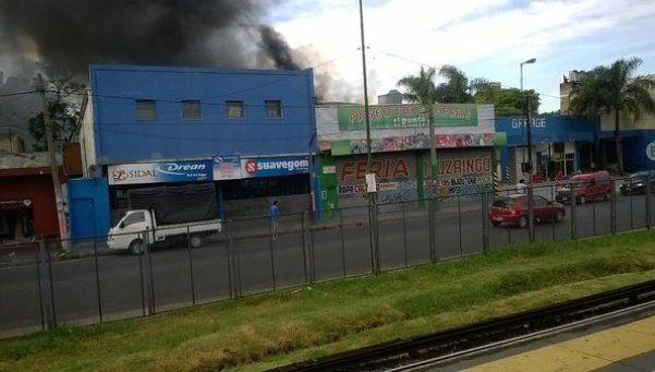 Incendio destruyó un centro comercial en Ituzaingó