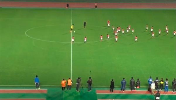 Video | El insólito partido de Kagawa: 30 chicos contra él