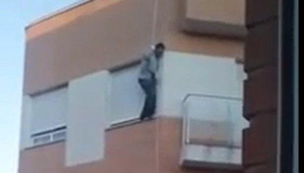 Video | Quiso entrar a su casa por el balcón y murió en el intento