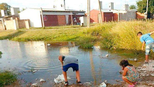 Varela: laguna en la calle alarma a los vecinos por el dengue