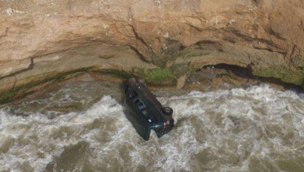 Cayó una camioneta por un acantilado: un muerto