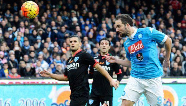 A puro gol, Higuaín y sus secuaces mantienen la ilusión del Napoli