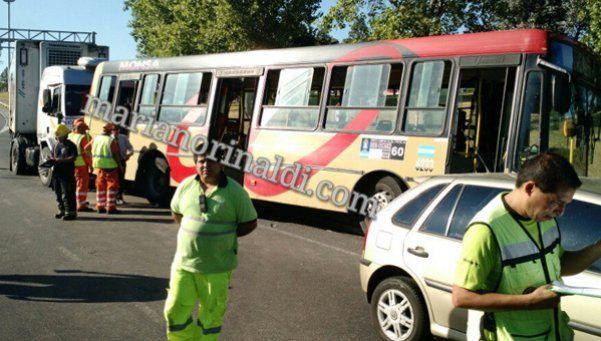 Choque en Panamericana entre un camión y un colectivo: 20 heridos