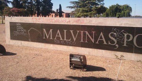 Detienen a 46 chilenos por vandalizar monumento a Malvinas