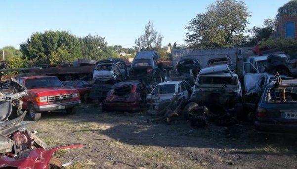 Desarmadero de autos al aire libre en Tres de Febrero