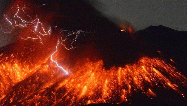 Entró en erupción un volcán que mantiene en vilo a Japón
