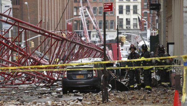 Videos   Gigantesca grúa cae en Nueva York: un muerto