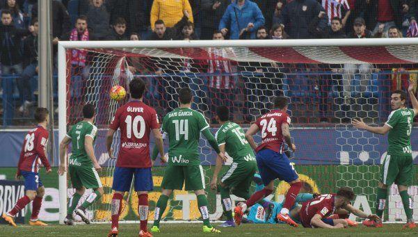 El Atlético del Cholo reaccionó y llegó a la punta de la Liga