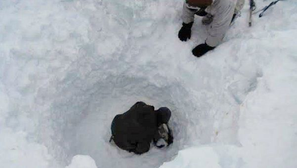 Video | Rescatan a un soldado tras 6 horas bajo la nieve