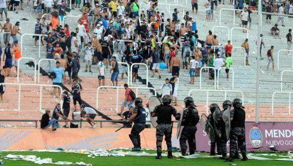 Piedrazos, corridas y butacazos en Mendoza: detenidos y 32 policías heridos