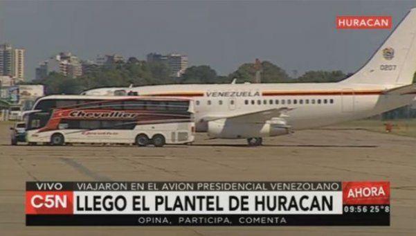 El plantel de Huracán volvió al país en el avión que puso Maduro
