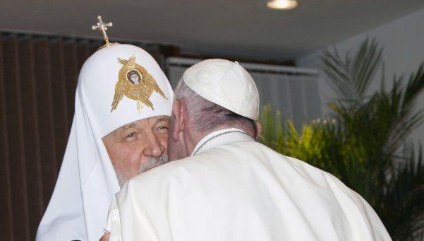 El Papa Francisco llegó a Cuba y se abrazó con el líder ortodoxo