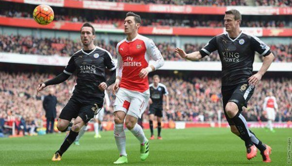 Arsenal venció al líder Leicester con un gol a los 94 y arde la Premier