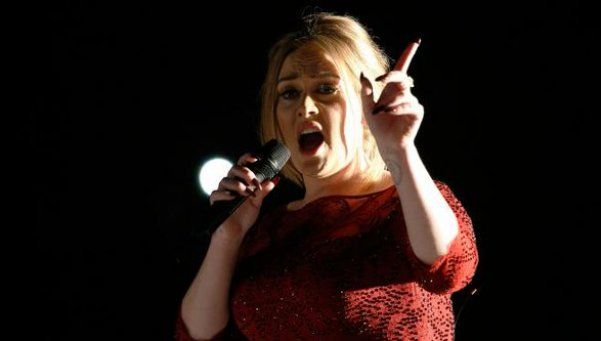 El percance de Adele en los Grammys