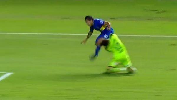 Video   El rodillazo de Tevez que fracturó al arquero de Newells