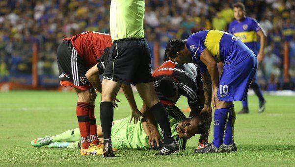 Video | El rodillazo de Tevez que fracturó al arquero de Newells