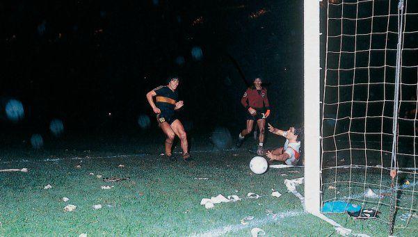 A 35 años del debut de Diego en Boca, 35 fotos de su pasión xeneize