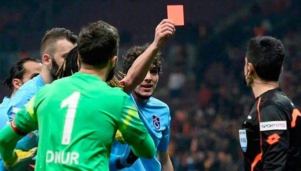 Jugador le sacó tarjeta roja al árbitro y es furor en Turquía