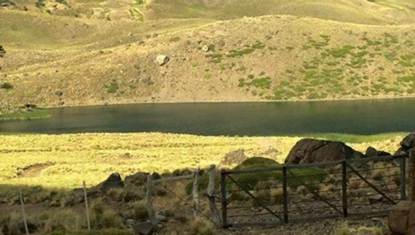 Acusan a un familiar de Pinochet de cercar una laguna en Neuquén