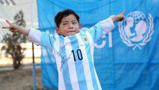 Messi envió camiseta a chico que se hizo remera con bolsas