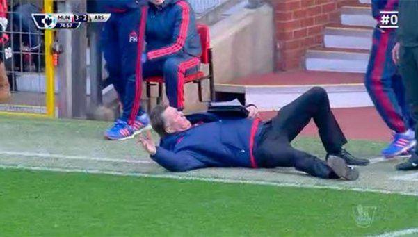 Van Gaal se peleó con el árbitro y simuló una caída