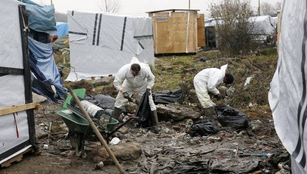 Francia: desmantelan campamento de refugiados en Calais