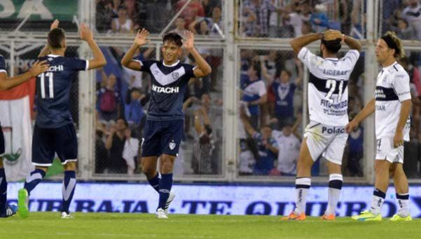 Vélez se quedó con el triunfo en la última jugada y sigue prendido