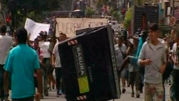 Enfrentamiento y tensión entre la policía y manteros en Flores