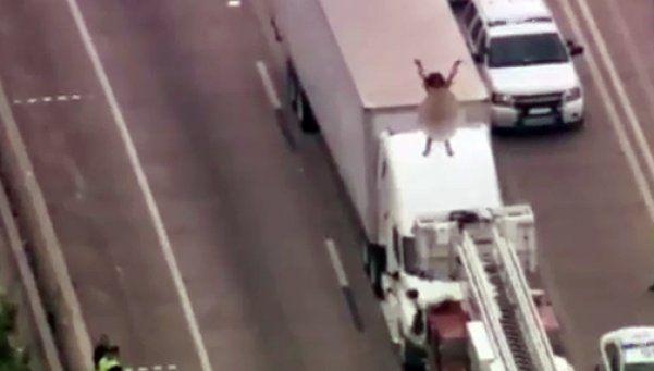Video | Caos en ruta por mujer desnuda bailando sobre camión