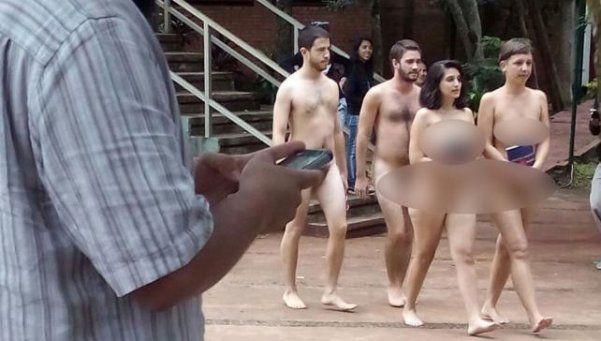 """Estudiantes desnudos para """"romper prejuicios"""""""