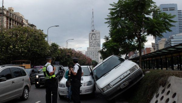 Monserrat: chocó vehículo contra paredón del metrobús