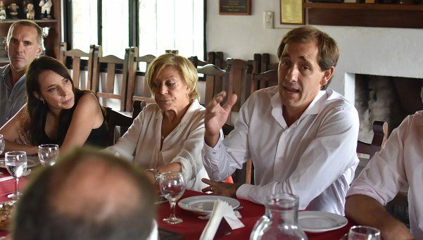 Entre buenas y malas, el gobierno de Vidal cierra negociación salarial y toma deuda