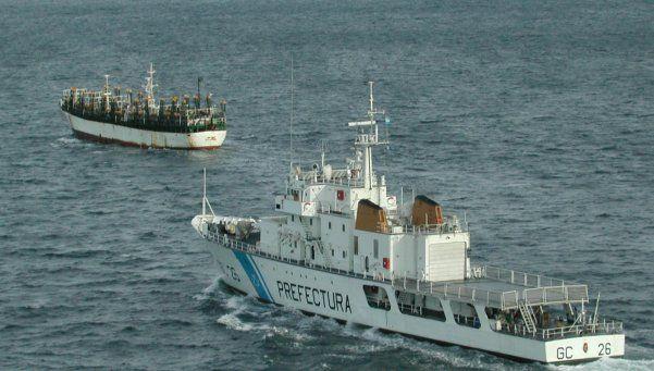 Le dispararon a un buque chino que pescaba ilegalmente
