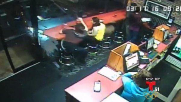 Auto se incrustó en una pizzería e hirió a pareja de comensales