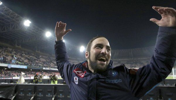 Higuaín hizo doblete y Napoli le da batalla a la Juve
