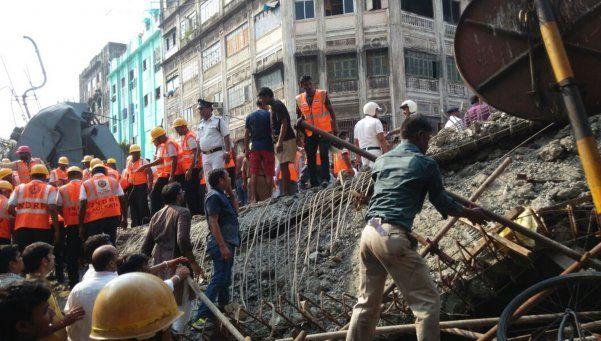 Video | Se derrumbó un puente en Calcuta: 14 muertos y más de 200 atrapados