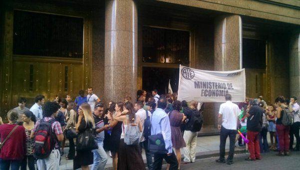 ATE copó el Ministerio de Hacienda y postergó anuncio de aumentos