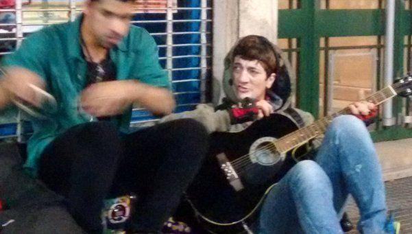 Pity Álvarez sorprendió tocando en plena avenida Corrientes