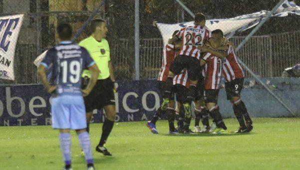 Estudiantes de La Plata se impuso a Temperley y trepó a la punta de la Zona 2