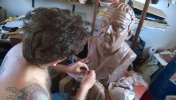 Elaboran busto de Favaloro para el hospital de Castillo
